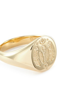 Detail View - Click To Enlarge - TOM WOOD - 'Mini Feather' engraved 9k yellow gold signet ring – Size 52