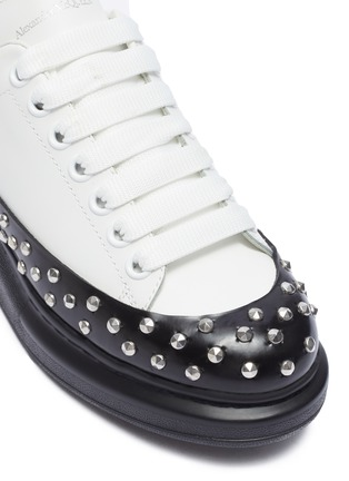 Detail View - Click To Enlarge - ALEXANDER MCQUEEN - 'Larry' contrast sole studded sneakers
