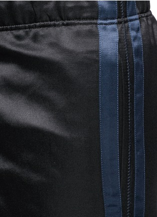 Detail View - Click To Enlarge - Alexander McQueen - Side stripe satin cropped jogging pants
