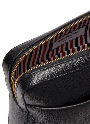 Detail View - Click To Enlarge - THOM BROWNE - Wrist strap pebble grain leather dopp kit