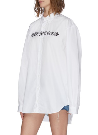 Front View - Click To Enlarge - VETEMENTS - 'Gothic' logo print oversized button-up shirt