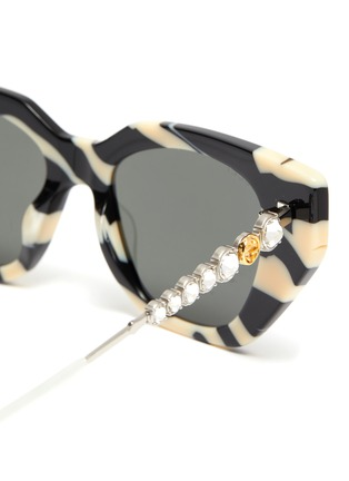 Detail View - Click To Enlarge - GUCCI - Zebra pattern acetate frame cateye sunglasses
