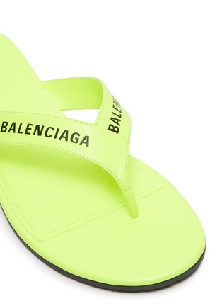 Detail View - Click To Enlarge - BALENCIAGA - Logo print leather thong sandals