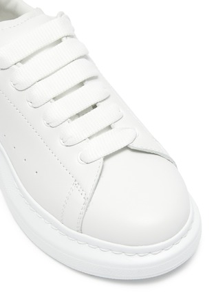 Detail View - Click To Enlarge - ALEXANDER MCQUEEN - 'Molly' Iridescent Heel Tab Platform Sole Leather Kids Sneakers