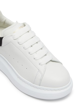 Detail View - Click To Enlarge - ALEXANDER MCQUEEN - 'Molly' contrast heel tab oversized sole Todder and Kids sneakers