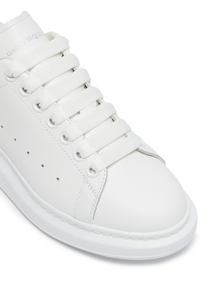 Detail View - Click To Enlarge - ALEXANDER MCQUEEN - 'OVERSIZED SNEAKERS' IN CALFSKIN LEATHER WITH CONTRAST HEEL TAB