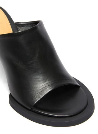 Detail View - Click To Enlarge - JACQUEMUS - Les Mules Carre Rond' Mismatched Leather Mules