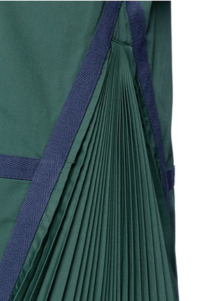 Detail View - Click To Enlarge - Sacai - Herringbone trim velvet neck pleat poplin top