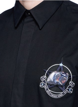 Detail View - Click To Enlarge - Givenchy - Monkey badge patch cotton twill shirt