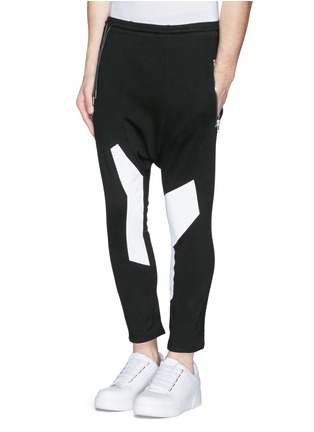 Front View - Click To Enlarge - SIKI IM / DEN IM - Off-centre drawstring contrast print jogging pants