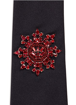 Detail View - Click To Enlarge - Alexander McQueen - Crystal military badge silk tie