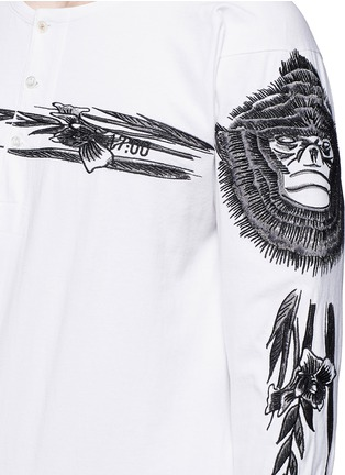 Detail View - Click To Enlarge - Saam1 - 'Gladiolus' monkey embroidery Henley shirt