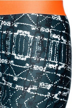 Detail View - Click To Enlarge - THE UPSIDE - 'Jungle Shibori NYC' print performance leggings