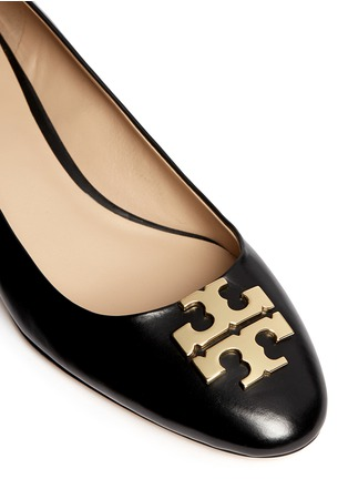 Detail View - Click To Enlarge - Tory Burch - 'Raleigh' metal logo leather pumps