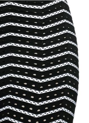 Detail View - Click To Enlarge - Alaïa - 'Fidji' bicolour perforated zigzag knit leggings