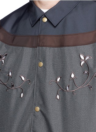 Detail View - Click To Enlarge - KOLOR - Contrast yoke floral embroidered coach jacket
