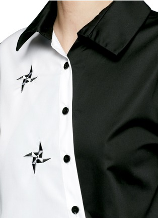 Detail View - Click To Enlarge - Cynthia & Xiao - Embroidered windmill colourblock asymmetric front shirt